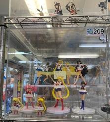 figurine-shopping